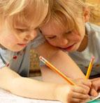 Kleinkinder beim Malen